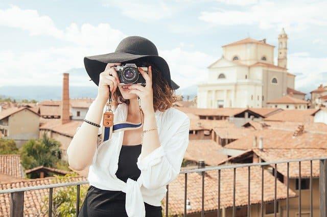 好きなカメラを生かしている女性