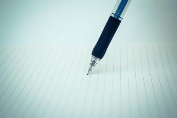 紙とペンに得意なことを書き出す画像