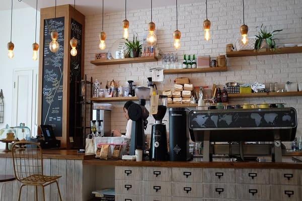 カフェで働く人